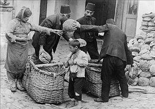 1.Dünya savaşı sonrası yokluk döneminde İstanbul'da halka ekmek dağıtan bir hayırsever. #unutulmazkareler #tarih #tbt #history #instagood #photography #photographer #photooftheday #cute #turkiye #istanbul #nostalji #unutulmazsahneler #instaturkey  #vintage #ankara #izmir #gunaydin #gununkaresi #gununfotografi #igersturkey #follow4follow #igersistanbul #like4like #followforfollow http://tipsrazzi.com/ipost/1510723358672310707/?code=BT3KuP7jFGz