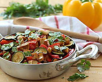 Tofu alle verdure e anacardi con salsa di soia
