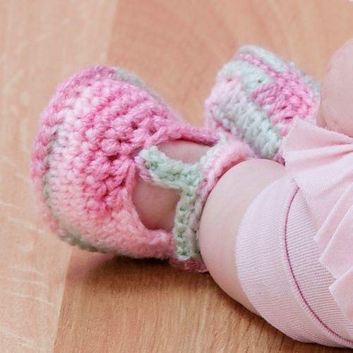 Free pattern Ravelry: Baby T-Strap Booties pattern by Nazanin S. Fard.