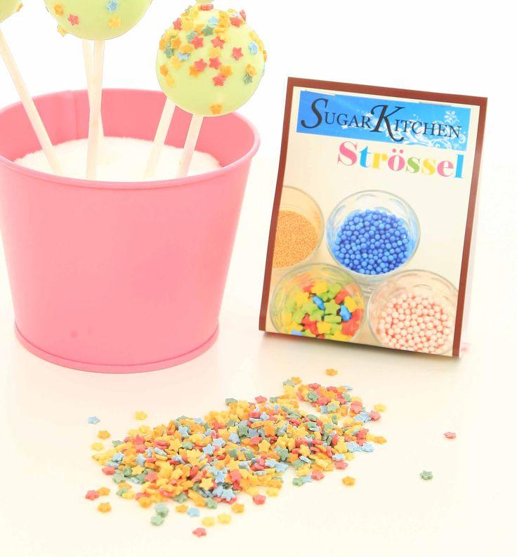 Vi har fått in de sötaste små stjärnorna som finns! Strösslet är smått och passar därför extra bra till cakepops och cupcakes, men kan även användas till tårtor, glass... You name it! Det här blev en favorit direkt hos oss på SugarKitchen, så detta strösslet lär ni komma att se mer av!  Stjärnspäckat på SugarKitchen! #strössel #stjärnor #homeparty #cakepops #bokavisning #blikonsulent