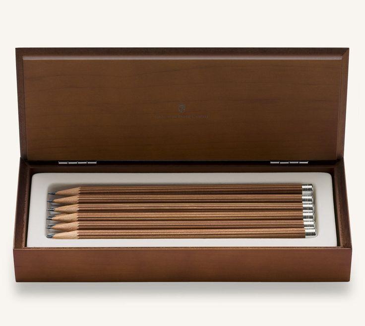 Nichts verkörpert den Luxus des Einfachen mehr als das Bleischreiben. Faber-Castell ist der älteste und bedeutendste Hersteller von holzgefassten Bleistiften und hat auf dem Markt die Standards gesetzt. Hierbei wurden Normen für Länge, Durchmesser und Minenhärtegrade etabliert, die bis heute unverändert gelten.
