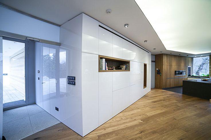 Kombinace přírodního dřeva a lesklých bílých povrchů vytváří zajímavý kontrast…