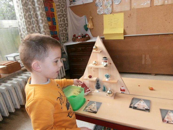 Houten kerstboom (action)  Kleuters versieren hem volgens opdrachtkaart (eventueel twee met rug tegen elkaar en dezelfde figuurtjes, ene kleuter versiert de boom en geeft opdrachten aan de andere kleuter. Hier dan best de plankjes schilderen in verschillende kleuren)
