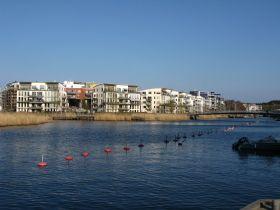 Nära city - lägenhet i populära Hammarby Sjöstad  Välkommen till denna välplanerade 4:a i populära Hammarby Sjöstad, ett stenkast från Södermalm! Lägenheten har två balkonger (en med morgonsol och en med eftermiddagssol), tre bra sovrum (ett med dubbelsäng och två med enkelsängar), badrum, gäst WC och separat tvättstuga. Lägenheten ligger högt upp i huset och från balkongen har man utsikt mot Södermalm och Sofia kyrka.   Hammarby Sjöstad ligger med ett enastående läge vid Hammarby sjö med…
