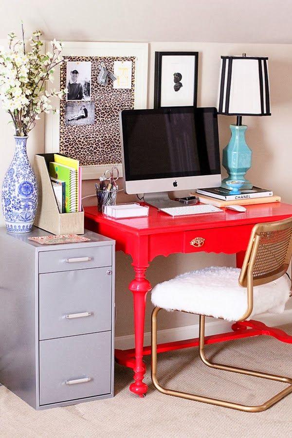 """Um porta recados com um tecidinho totalmente fora do comum dá aquele charme ao home office. Além disso, a mesa pintada de cor """"gritante"""" também ficou super diferente. Vocês notaram o arquivo de aço ali ao lado?"""