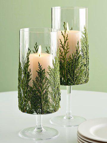 Vela decorativa de natal com folhas de pinheiro