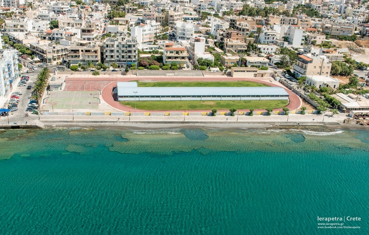 The outdoor sports recreation center is situated right in from of the beach of #Ierapetra. | Το ανοικτό γυμναστήριο της Ιεράπετρας    (CC-BY-SA 3.0)