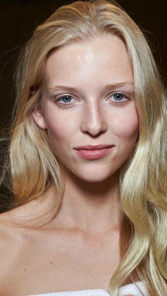 Loiras ficam melhor com sobrancelhas clarinhas ou escuras? Vote no seu preenchimento preferido