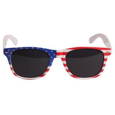 😎 Solbriller med USA flag 99.00 DKK. Behagelige unisex solbriller med Stars and Stripes. Brillestellet er fremstillet i plast, og formgivningen er inspireret af de kendte Ray Ban Wayfarer solbriller. Hvidt stel med det Amerikanske flag på fronten.  Røgfarvede linser med UV 400 beskyttelse.