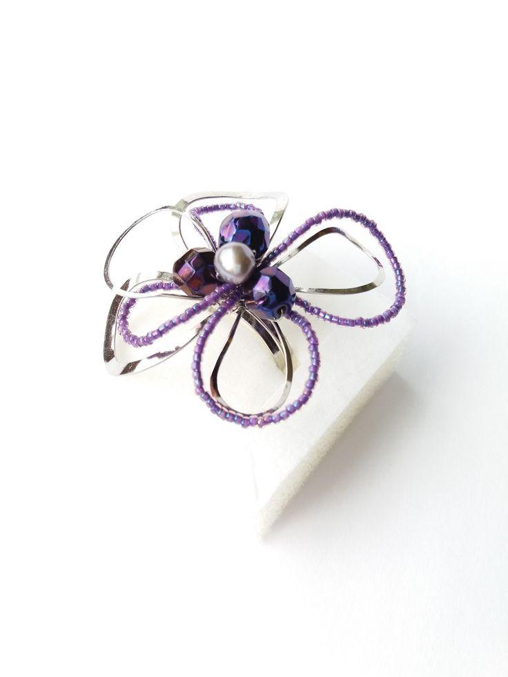 """Prsten+Nr.57+""""Violetka+s+fialkovou+perlou""""+Autorský+šperk.+Originál,+který+existuje+pouze+vjednom+jediném+exempláři+z+kolekce+variací+na+květy.+Vyniká+svou+lehkostí,+jedinečným+výrazem,+kouzelným+prostorovým+tvarem+a+krásnou+fialově+laděnou+barevností.+Prostorový+tvar+vždy+vypadá+velmi+lehce,vzdušně,+zajímavě+a+na+ruce,+která+je+v+pohybu+jakoby+ožívá.+Pro+ženu..."""