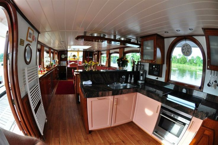 Salon Yacht Miro in Maastricht. Volledig ingerichte keuken aan boord.