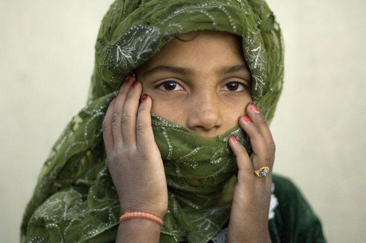 I loro occhi raccontano spesso storie drammatiche segnate dalla guerra, dalla violenza e dal lavoro forzato. Ma parlano anche la lingua dei bambini di tutto il