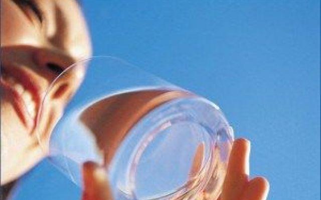 Le bucce d'arance e la depurazione delle acque Gli scienziati hanno trovato un metodo alternativo per depurare l'acqua: utilizzare le bucce di agrumi. Un team di ricercatori ha dimostrato che con gli scarti dell'industria petrolifera e degli agru #acqua #agrumi #bucced'arancia