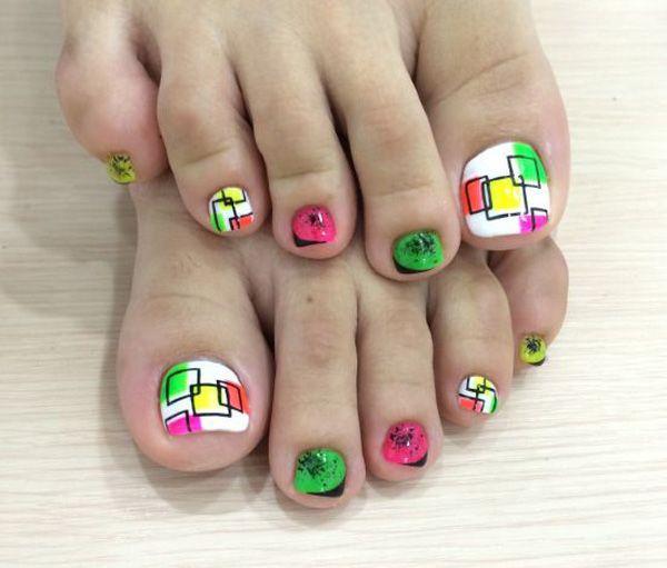 Una diversión y un diseño de mirada adorable arte uñas de los pies. Tener esta combinación de colores blanco, negro y amarillo, rosa, rojo y verde pintadas en los dedos. diversión buscando formas deportivos que juegan alrededor de las uñas, simplemente puede hacerlo coincidir con cualquier atuendo.