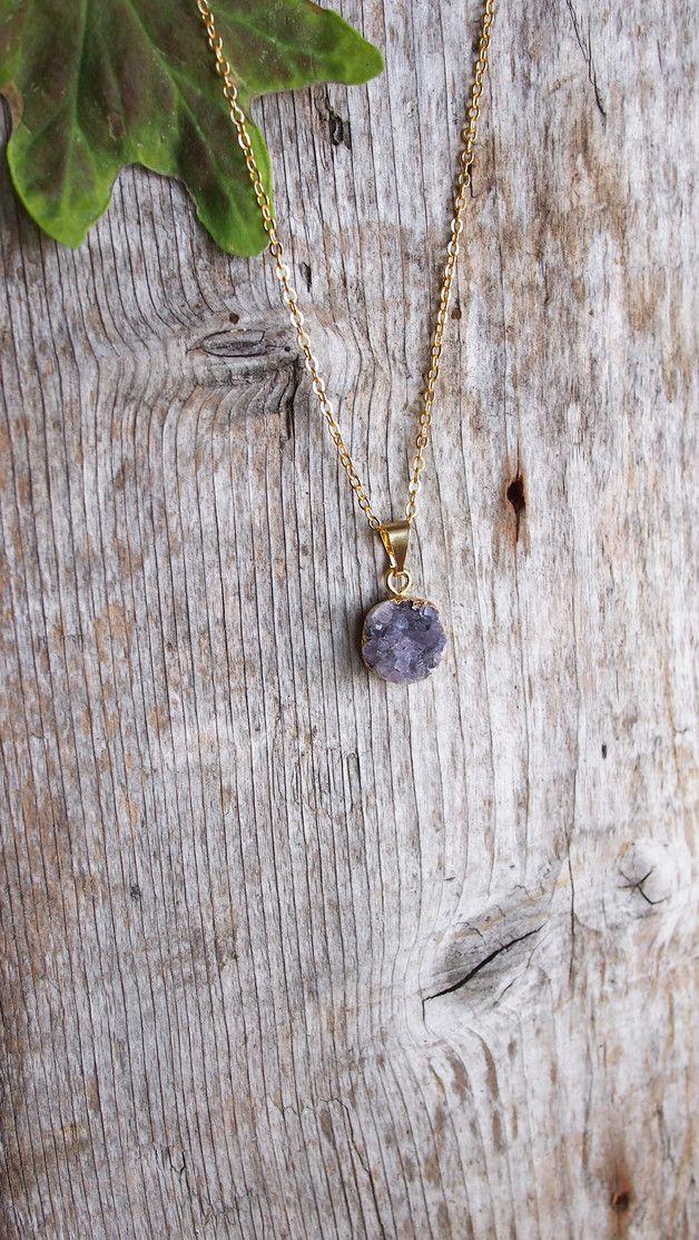 <<<<<Oh My Druzy!-Kollektion<<<<<  Eine kleine, runde Amethystdruse an filigraner, vergoldeter Kette.  Aufgrund der einzigartigen Erscheinung des Natursteines ist diese Kette ein Einzelstück....
