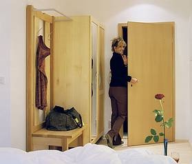 Kofferbock kombiniert mit Garderobe http://www.die-moebelmacher.de/produkte/objekt/hotel/hoteleinrichtenbauer.html: Hotelzimm Aus, Hotelzimmer Aus, Aus Massivholz