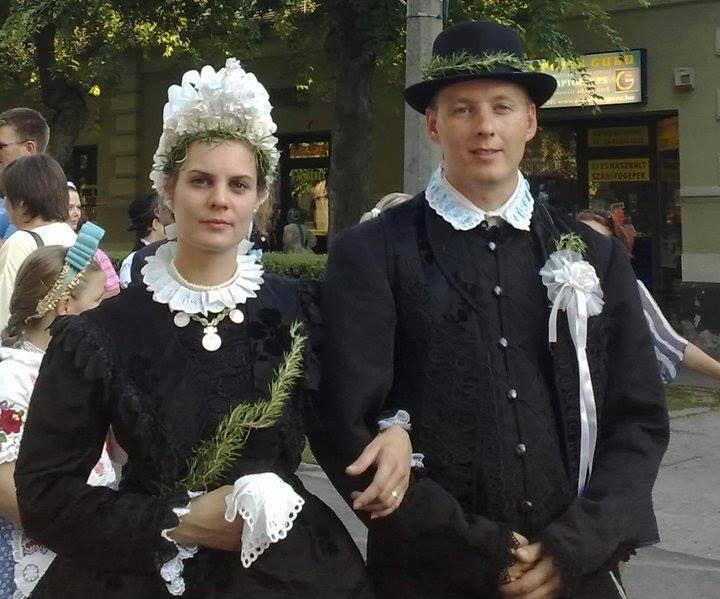 XX. század eleji esküvői öltözet. Kalocsán és környékén viselték, a háború előtti években. Kép: Szeretlek Kalocsa oldalról. Hungary