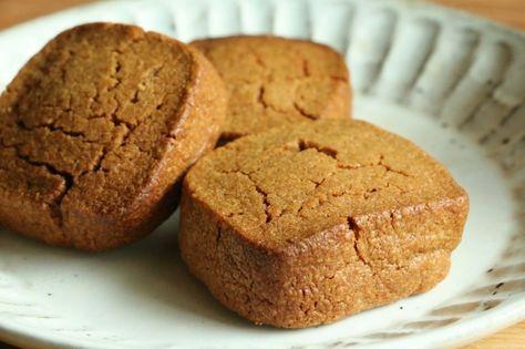 今日のおやつは、きなこの厚焼きクッキー。 きなこをたっぷり練りこんだサクサクほろほろ食感の厚焼きクッキーです。 塩をちょこっと多めに入れて、きなこに合う味にしました。 ~きなこの厚焼きクッキーのレシピ~ ・きなこ 60g ・薄力粉 60g ・バター 100g ・砂糖 60g ・塩 ふたつまみ ・卵黄 1個分 ①バターをやわらかくしてゴムベラなどでしっかり練ります。砂糖、塩を加えて混ぜます。 ②卵黄(なるべく室温に戻しておく)を入れてふんわりするまで混ぜます。 きなこを加えて混ぜ、薄力粉を振るい入れてさっく混ぜます。 ③出来上がった生地をビニール袋に入れます。ビニール袋に入れたまま、コロコロ転が…