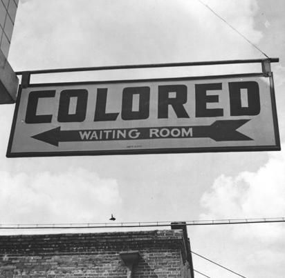 La ségrégation couvre une partie importante de l'histoire des États-Unis. Elle est synonyme de discrimination et désunion. Dans son discours à Philadelphie, Obama commémore ces années plus sombres où la ségrégation était toujours en place.