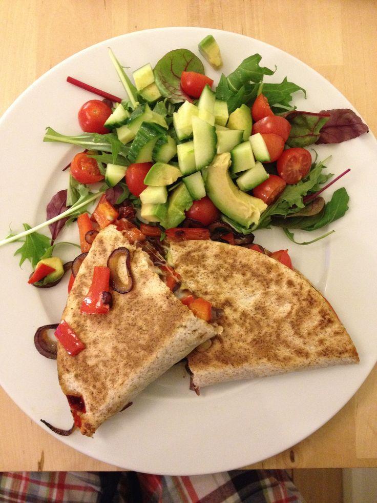 Pandekage med møre løg, peberfrugter og smeltet ost samt frisk salat med vinagret
