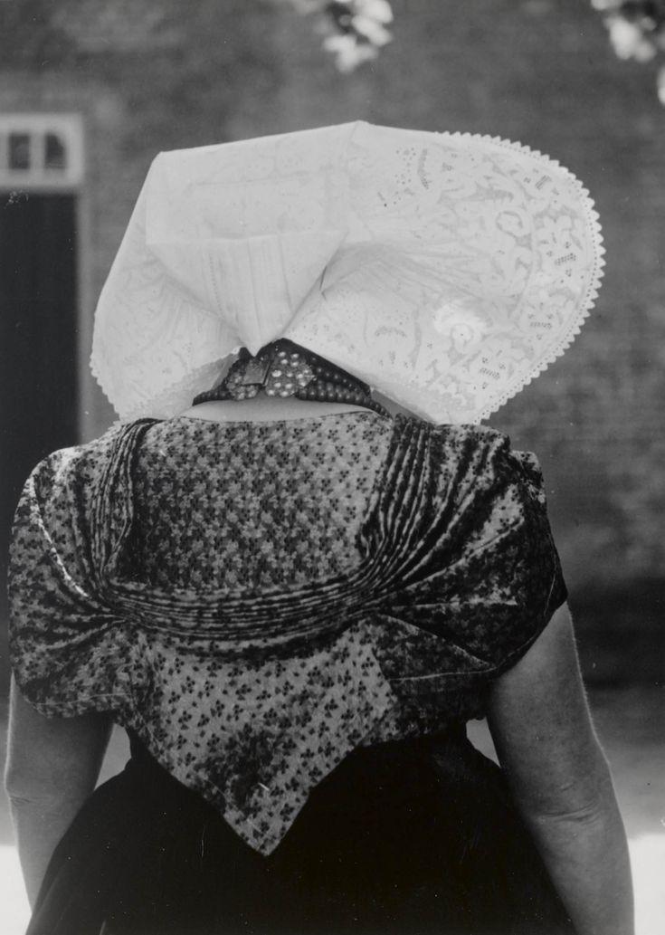Vrouw in protestantse Zuid-Bevelandse streekdracht. 1949 #Zeeland #ZuidBeveland #protestant