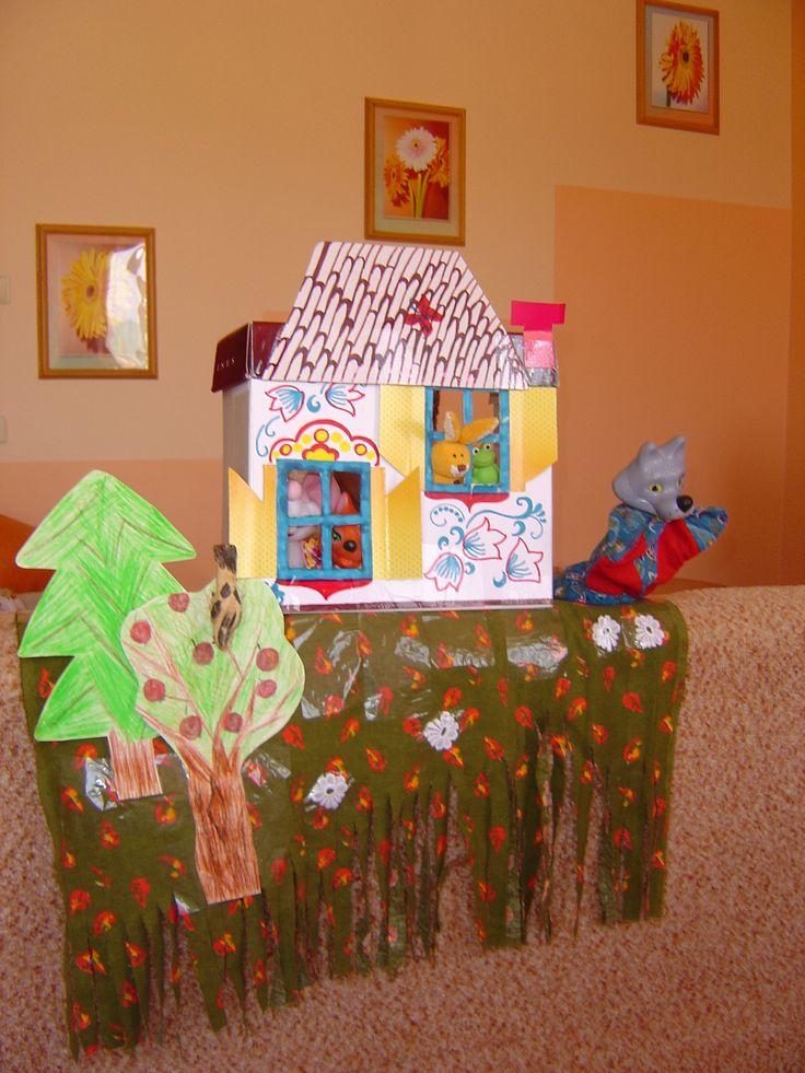 """Декорации и персонажи для сказки """"Теремок"""". Основа дома - обувная коробка. Крыша - отрезанная часть крышки от коробки. Надевается на боковую часть коробки, поставленной вертикально. Когда медведь взбирается на дом, крыша падает. Затем звери вместе ремонтируют дом. Использовали на первом дне рождения ребёнка. Дети были в восторге!!!"""