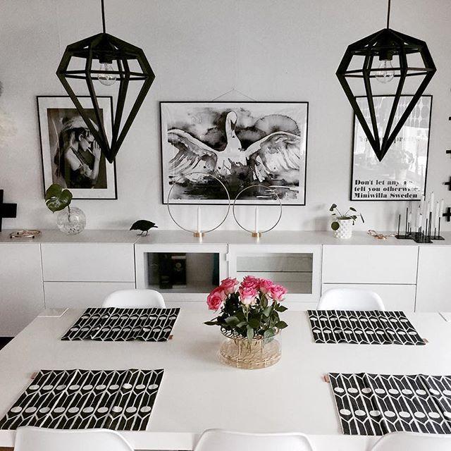 •Nystädat• ett rum klart 7 kvar  vill passa på att tacka för alla ❤️ och kommentarer. Försöker hinna med att svara alla men ibland kan jag ha missat att ni skrivit helst på äldre foton. Men ni är grymma! Ha en skön lördagkväll!  köpte hem lite rosor från ica, är otroligt vad lite blommor kan liva upp ett rum! #diningroom#matsal#matplats