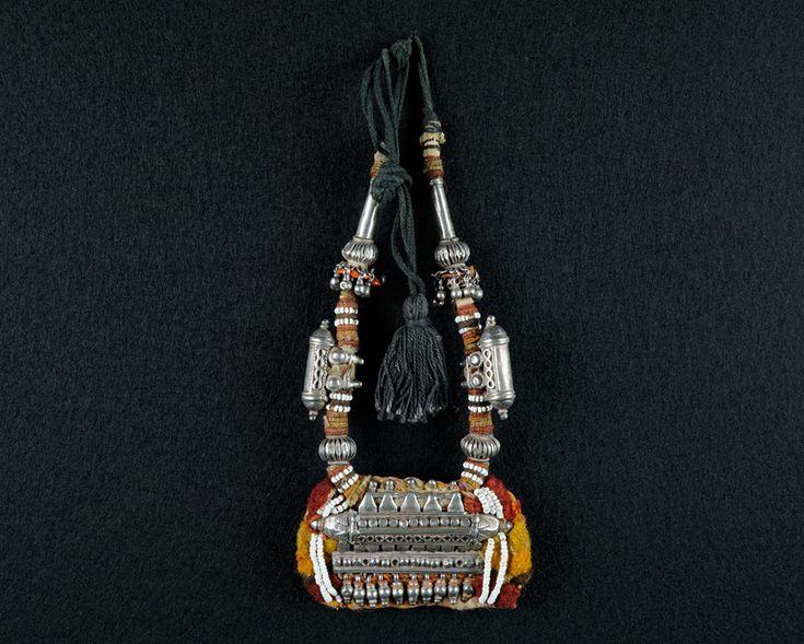 Amulett-Kette, Silber, Textil und Kordel. Rajasthan / Nord-Indien. B 10 cm.