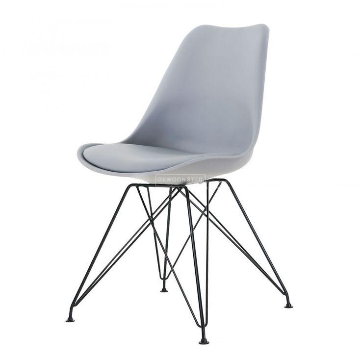 Nu 26% korting op de Essence MetalOnze Essence Metal kan werkelijk overal uit de voeten! Het design is opvallend en fris, dankzij de pootjes die in drie versies beschikbaar zijn (chroom, wit en zwart). Het kuipje garandeert een heerlijke zit, niet in de laatste plaats dankzij het fijne kussentje. Zet de Essence Metal aan je eettafel, of gebruik 'm bij je werkplek. Ook leuk - plaats deze bijzondere stoel in een leeg hoekje en creëer zo een mooi hoekje.