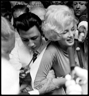 """29 Juin 1961 / Ce jour là, accompagnée de Joe DiMAGGIO et de May REIS, Marilyn fut hospitalisée au """"Manhattan Polyclinic Hospital""""  à New York, où les médecins diagnostiquèrent une angiocholite (inflammation des voies biliaires), cause de ses douleurs chroniques et de ses indigestions, et qui la conduisaient à augmenter les doses de barbituriques. Le jeudi 29 juin, elle fut opérée de la vésicule biliaire. A son réveil, Joe DiMAGGIO était à son chevet. Durant son séjour à l'hôpital, il vint…"""