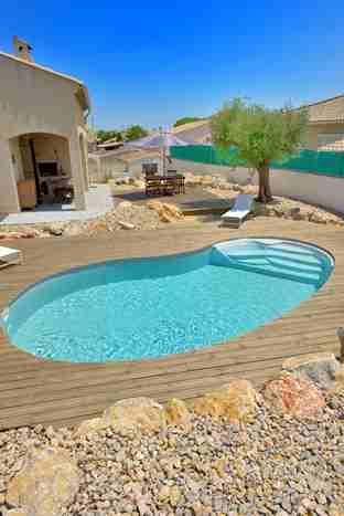 Con sur forma de #riñón esta #piscina moderna Eva se adapta perfectamente a este…