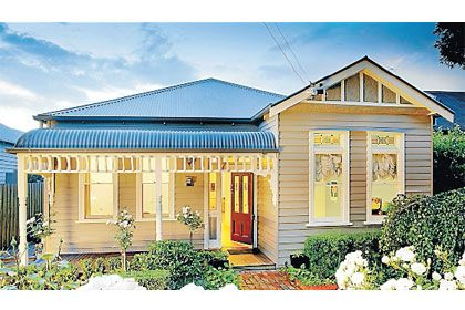 Edwardian (1890-1915) Either brick or weatherboard, such properties often have complex terracotta tiled roofs, wooden verandahs, stained glass window panels, and ornate plaster cornices and ceiling roses.