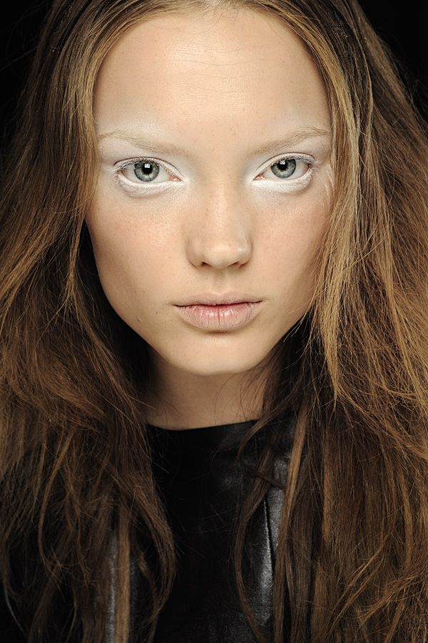 Reverse smokey eye... a striking winter makeup look.  Might try this out over Christmas!
