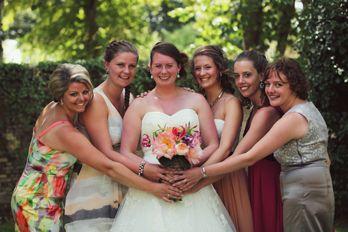 groepsfoto met de vriendinnen van de bruid