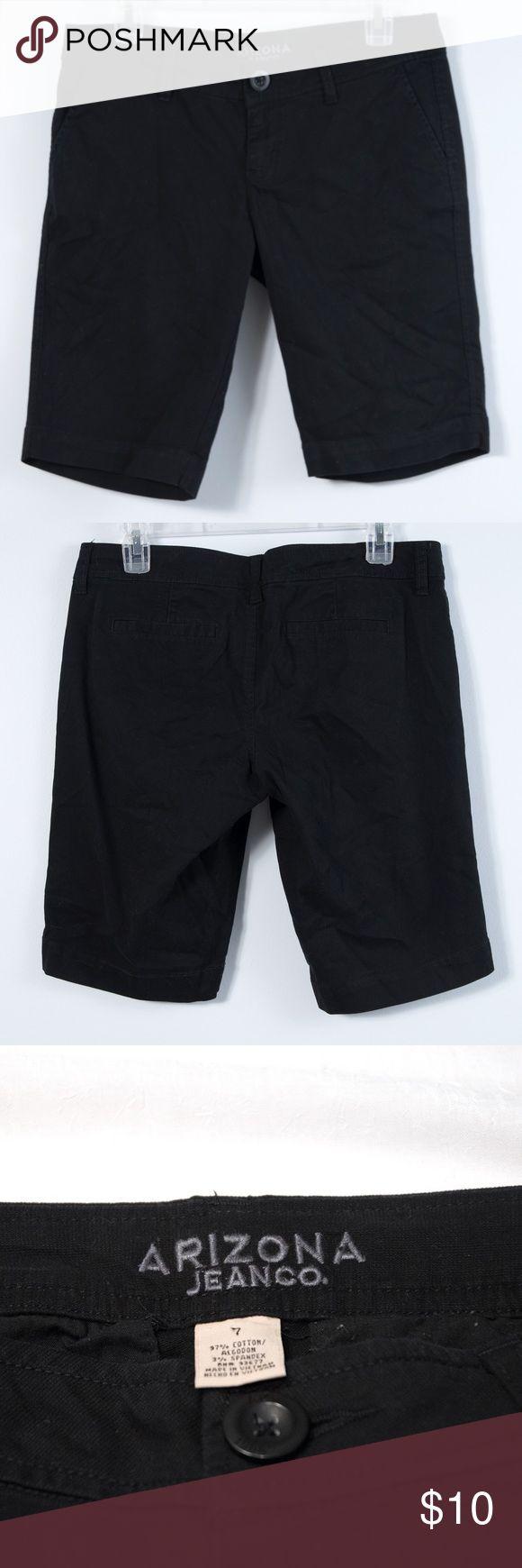 "Arizona Jean Company Bermuda Shorts Perfect length bermuda shorts by Arizona Jean Co.Excellent condition.Measures 11"" at inseam.Two slit pockets on back.Women's/Juniors size 7. Arizona Jean Company Shorts Bermudas"