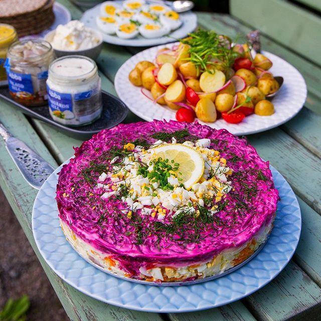 ☆Detta inlägg presenteras i samarbete med @abba_kungshamn ☆ Selyodka pod shuboy- Rysk matjessilltårta😍👌 SÅ HIMLA GOD! Den lagade jag när vi i familjen hade en härlig sommarpicknick. Vi firade roliga nyheter som jag nyligen har fått😄 Kommer berätta mer om det snart. Jag serverade olika sillsorter, färskpotatissallad och lite annat gott bredvid. Supergott och nyttigt💪 Recept hittar du i länken i min profil➡@zeinaskitchen #abbasill#abba#zeinaskitchen
