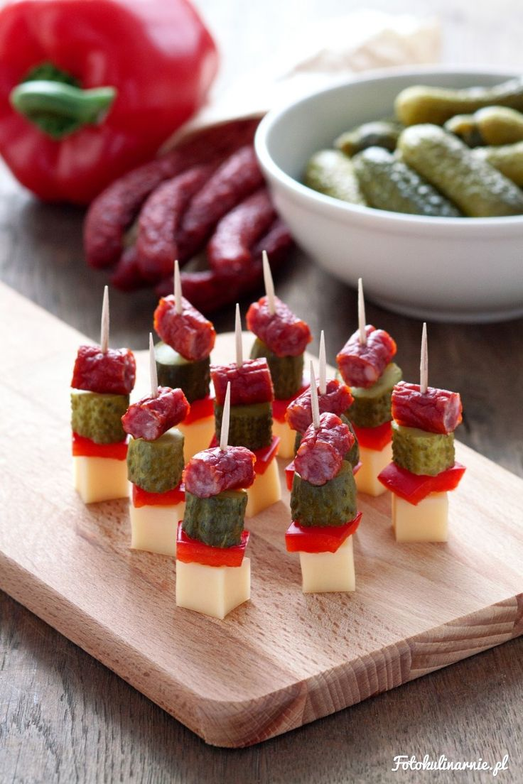 Wyraziste w smaku koreczki z kabanosów, korniszonów, papryki czerwonej i sera…