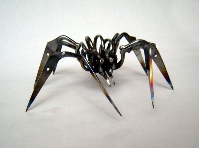 Christopher Locke makes spiders out of scissorsthat the TSA confiscated and auctioned off.Locks Turn, Scissors Confisc, Tsa Confisc Scissors, Spiders Sculpture, Scissors Turn, Scissors Spiders, Christopher Locks, Turn Tsaconfisc, Tsaconfisc Scissors