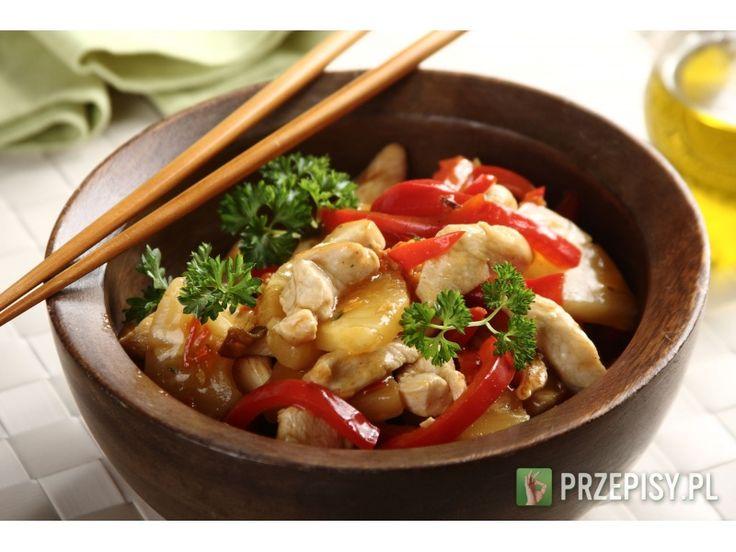 Mięso i paprykę pokrój w paski.  Obsmaż na patelni i dodaj odsączonego z zalewy ananasa.  F...
