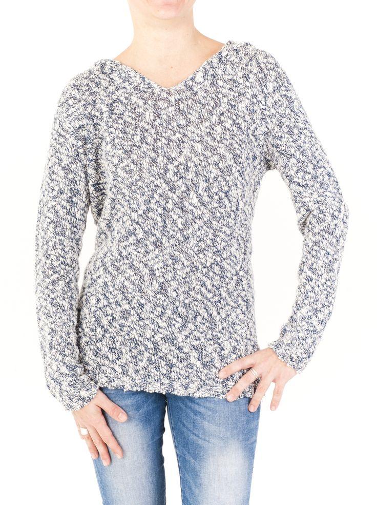 Jersey práctico e informal de punto para mujer con cuello de pico y capucha. Lúcelo este invierno en alguno de los 4 colores que hay. ¿Con cuál te quedas?