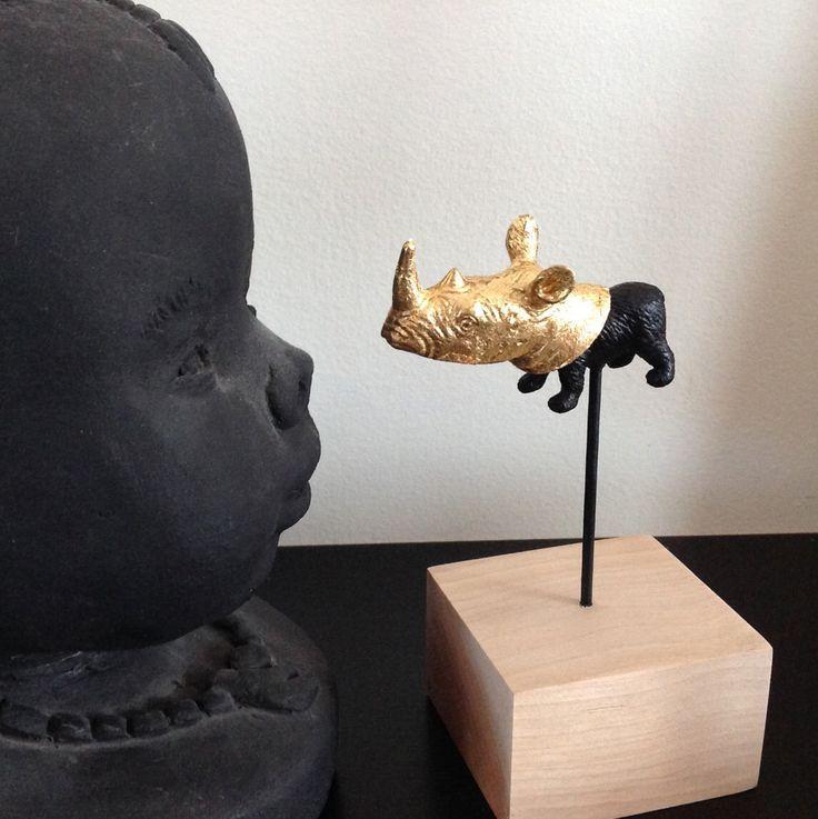 Escultura rinoceronte. Oso. Animales. Herbívoro. Oro de cuerno. Escultura de la selva. Bloque de madera de cerezo. Oro de la galjanoplastia. Hecho en Quebec. Deco. Arte. 15 cm. de CatherinebouchardArt en Etsy https://www.etsy.com/es/listing/509722195/escultura-rinoceronte-oso-animales