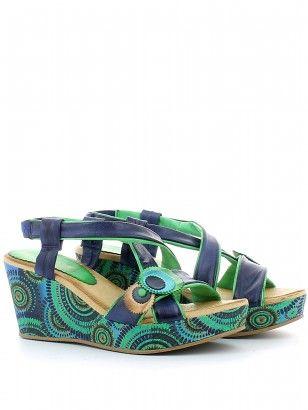 Sandalo in pelle bicolore blu/verde con cinturino incrociato sul collo e dettaglio sul piede, zeppa fantasia di 7.5 cm con platform 3 cm; fondo in gomma antiscivolo. Made in Italy