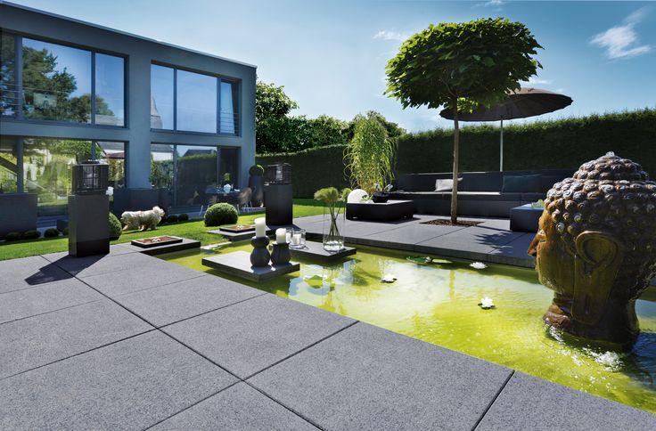 Nicht nur mit ihrer Kantenlänge von bis zu einem Meter beeindruckt die großformatige Terrassenplatte Vianova® Maxx von KANN. Sie sorgt für ein weiträumiges und angenehm ruhiges Erscheinungsbild und ist in schlichten grau- und anthrazit Tönen erhältlich.