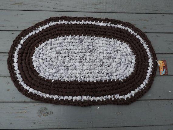 ENVÍO GRATUITO  Esta alfombra de trapo de crochet ovaladas es hecho a mano de blanco y marrón chocolate. Esta alfombra de Domingo Chocolate mide 22 x 34.  Nuestros tapetes están hechos de ropa reciclada ha lavado y desinfectados, rasgadas en tiras y ganchillo en hermosas obras de arte.  Alfombras de trapo son muy durables y pueden durar toda la vida. Cuando se ensucie, la mano plana lavado y puesta a secar. Son ideales para la cocina, baño, dormitorio, sala de niños, guardería, sala de…