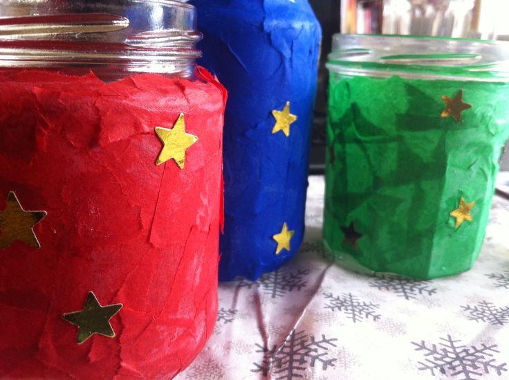 Potjes beplakken en met gouden sterren versieren voor het Driekoningenfeest.