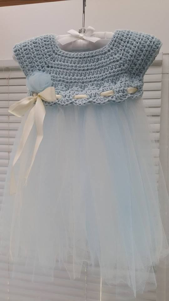 Crochet and tulle baby dress. Pattern inspired from: http://www.theviewfrommyhook.net/2014/07/free-pattern-friday-kassia-empire-waist.html?spref=pi ༺✿ƬⱤღ http://www.pinterest.com/teretegui/✿༻: