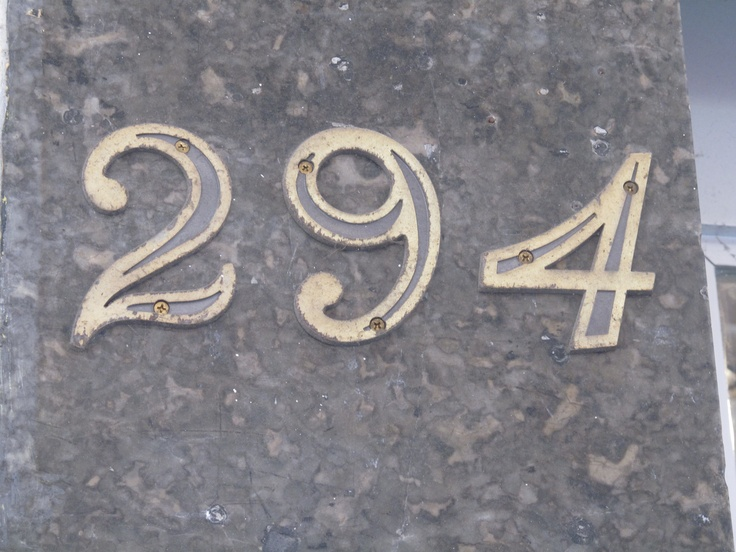 Sinalização indicando o número de determinado prédio em umas das ruas do Bairro São Bento. Este tipo de indicação é colocada pelo proprietário do imóvel e tem como função principal auxiliar a localização das pessoas no espaço urbano.