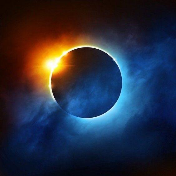 Le 31 janvier 2018, la Lune connaîtra simultanément plusieurs phénomènes remarquables. Il s'agira de la deuxième pleine Lune du mois (appelée « Lune bleue »), elle se trouvera à une distance minimale de la Terre (ce que certains surnomment une « super Lune ») et coïncidera avec une éclipse lunaire totale. Cela fait plus de 150 ans que notre satellite n'a pas connu une telle association.
