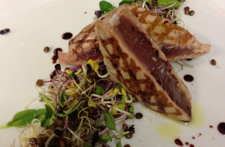 Tagliata di tonno, pinna gialla, su lenticchie di Castelluccio all'insalata  con germogli e riduzione di aceto di vino rosso