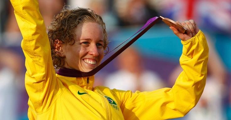 Yane Marques exibe medalha de bronze histórica para o Brasil no pentatlo moderno nos Jogos Olímpicos de Londres